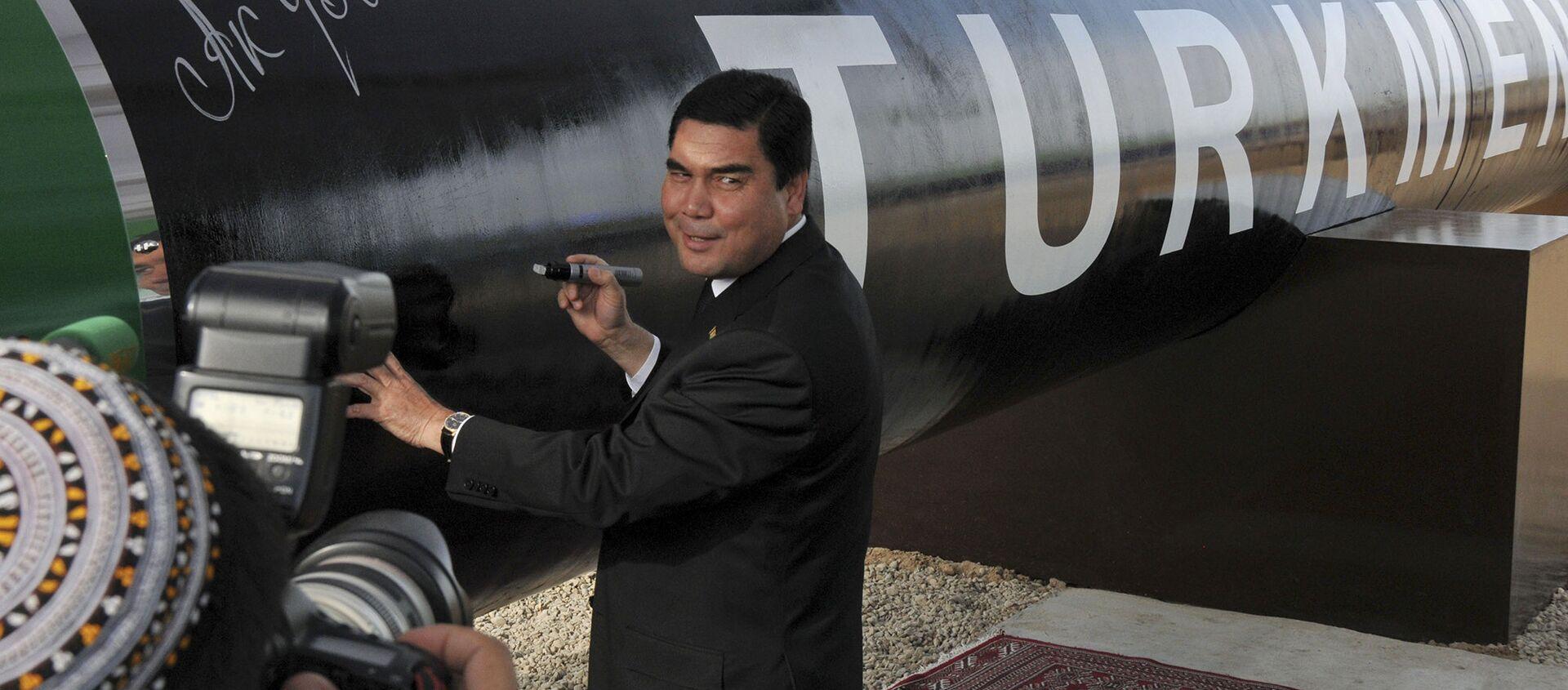 Президент Туркмении Гурбангулы Бердымухамедов у символичной газовой трубы - Sputnik Армения, 1920, 24.03.2021