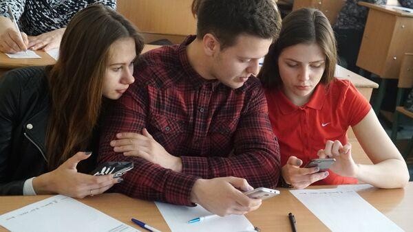 Студенты со смартфонами - Sputnik Արմենիա