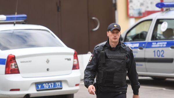 Сотрудник полиции у ОВД Китай-город в Москве - Sputnik Արմենիա