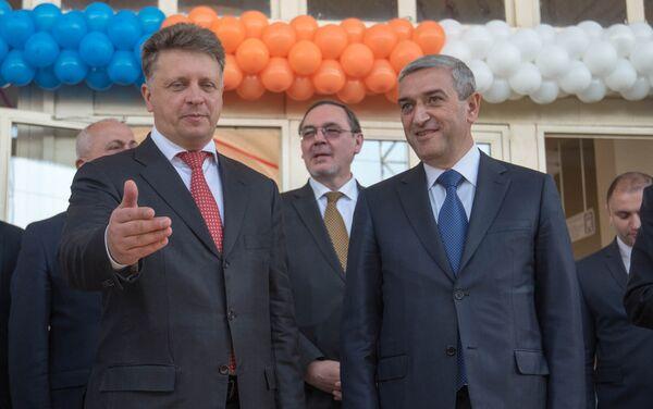 Новый современный электропоезд, привезенный из России в Ереван. Максим Соколов и Ашот Мартиросян - Sputnik Армения