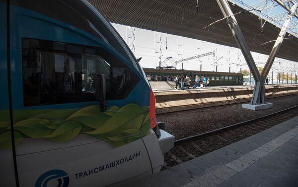 Новый современный электропоезд, привезенный из России в Ереван - Sputnik Армения