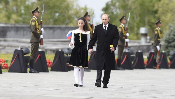 Владимир Путин в Мемориале жертв Геноцида армян в Цицернакаберде - Sputnik Արմենիա
