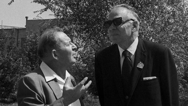 Ученые А. И. Алиханян и Г. Т. Сиборг - Sputnik Армения