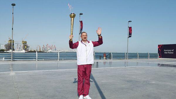 Президент Азербайджана Гейдар Алиев встречает Олимпийский огонь в Баку. - Sputnik Արմենիա