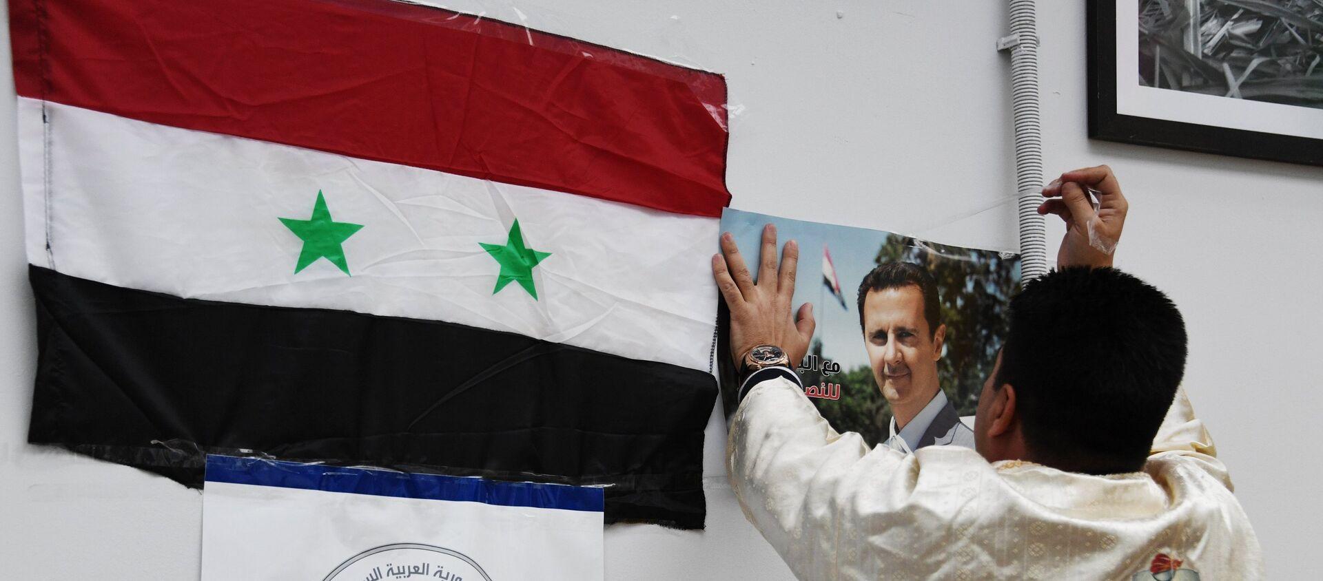 Флаг Сирийской Арабской Республики и портрет президента Башара Асада - Sputnik Армения, 1920, 23.04.2021