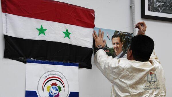 Флаг Сирийской Арабской Республики и портрет президента Башара Асада - Sputnik Армения