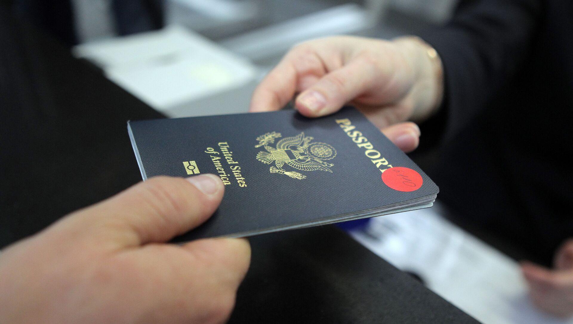 Пассажир предъявляет паспорт гражданина США - Sputnik Արմենիա, 1920, 27.07.2021