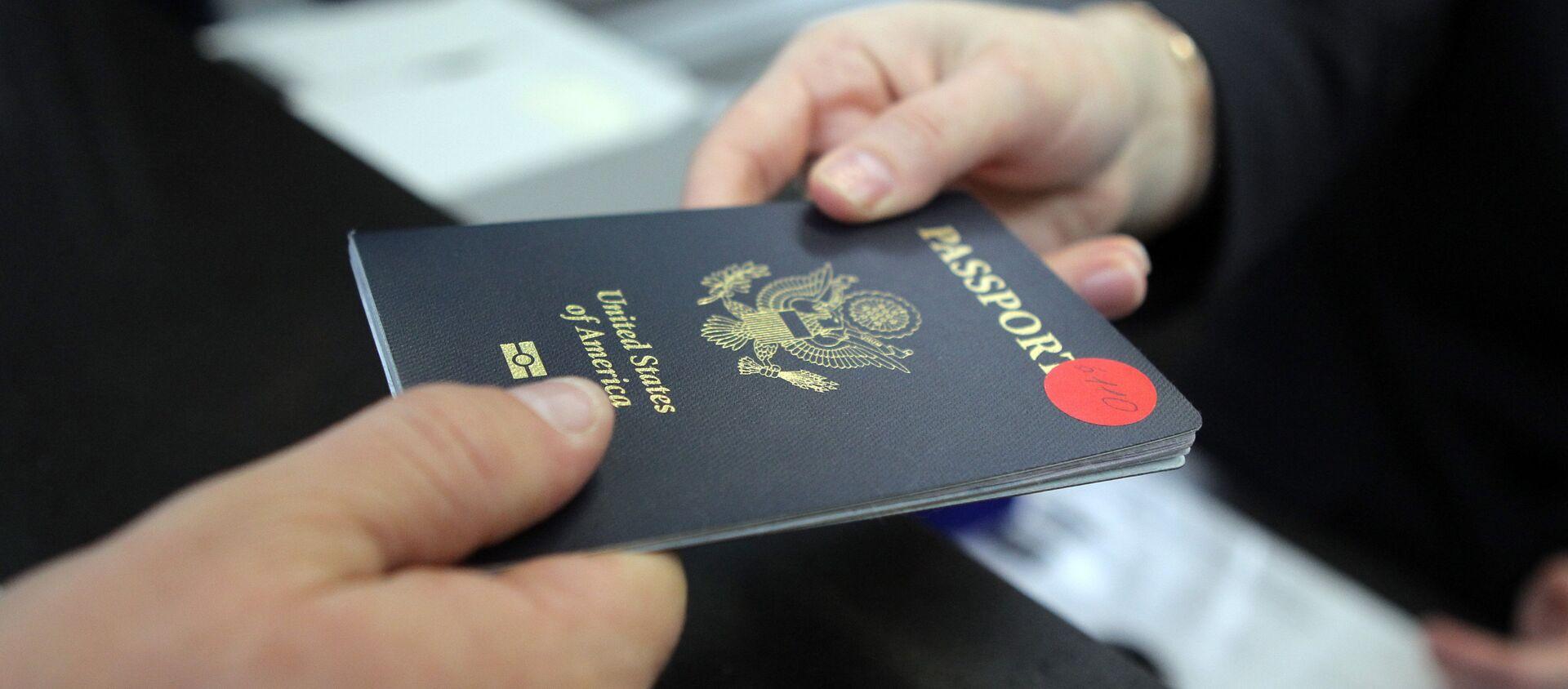 Пассажир предъявляет паспорт гражданина США - Sputnik Армения, 1920, 26.04.2021
