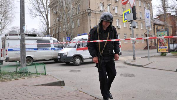 Сотрудник полиции на месте взрыва. Архивное фото. - Sputnik Армения