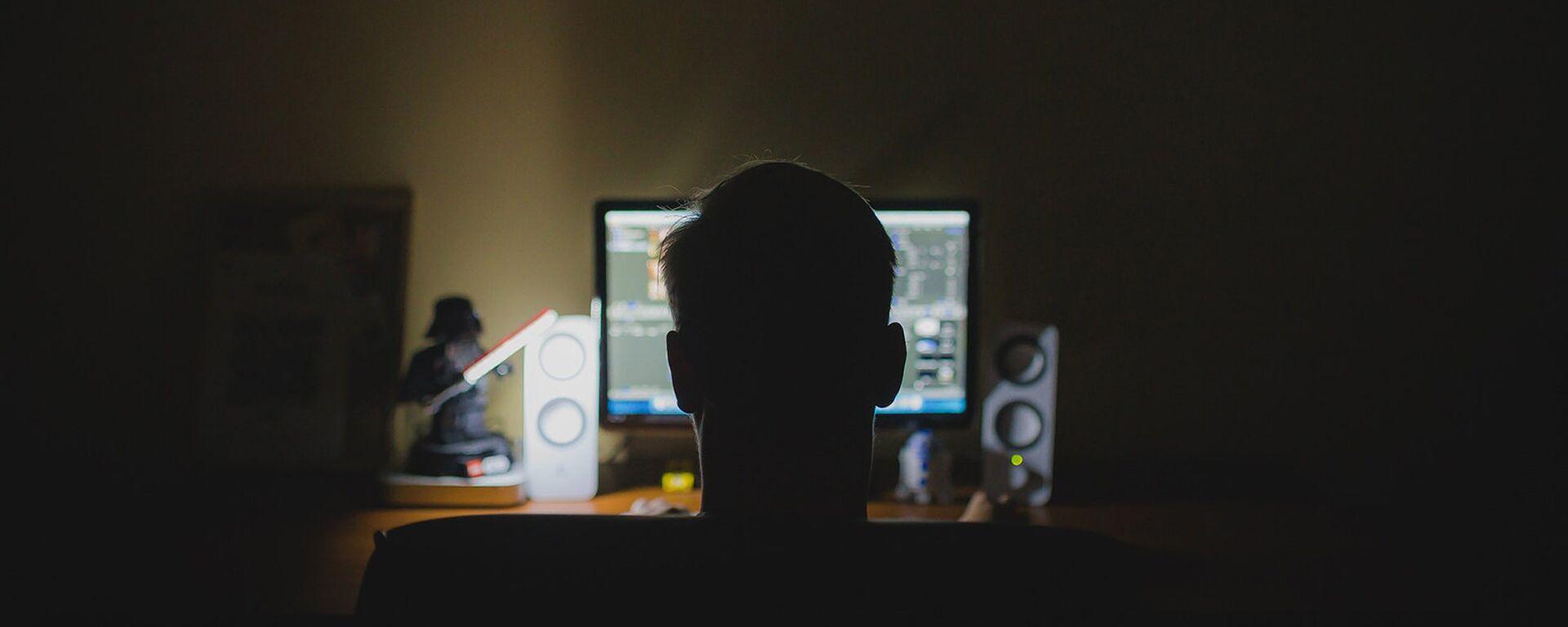Молодой человек перед компьютером - Sputnik Արմենիա, 1920, 16.07.2021