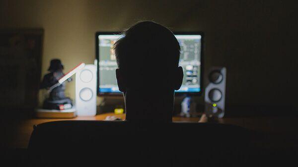 Молодой человек перед компьютером - Sputnik Արմենիա